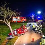 Schwerer Unfall am Abend: Auto kollidiert mit Baum - Fahrer wird schwer eingeklemmt